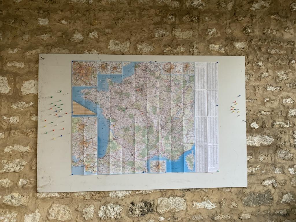 Une carte de France et du monde, et des punaises